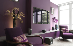 фиолетовый цвет в интерьере гостиной